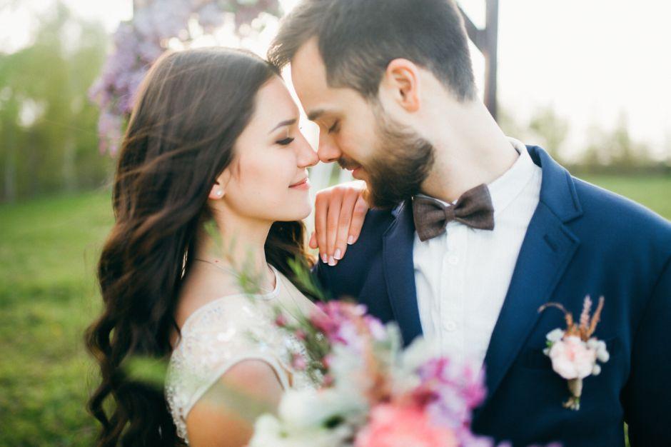 El día de su boda decide ponerse un vestido que sorprende a todos, ¡no podrás creer lo que llevó!