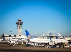 Muere niña de 10 años dentro de avión que despegó del aeropuerto de Los Ángeles