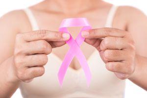 Presentadora de noticiero con cáncer demanda al canal por trato discriminatorio