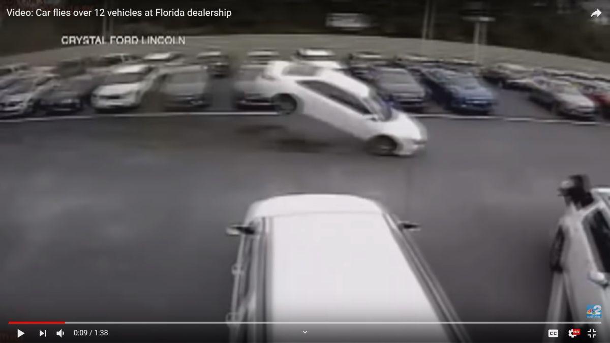 Una cámara capta a un vehículo volando sobre 139 autos