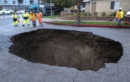 Su auto fue devorado por un agujero en el pavimento; hoy gana $4 millones de dólares tras demanda