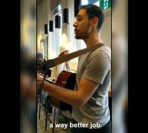"""""""Dear manager""""... empleado de Starbucks en Toronto renuncia dedicando canción poco feliz a su gerente"""