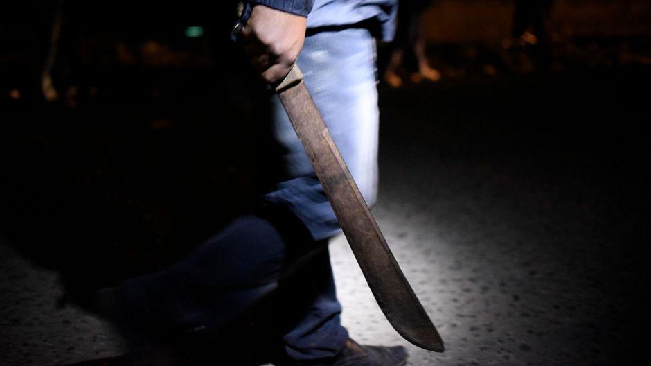 Empleado de Taco Bell amenaza con machete a un cliente porque no podía escuchar