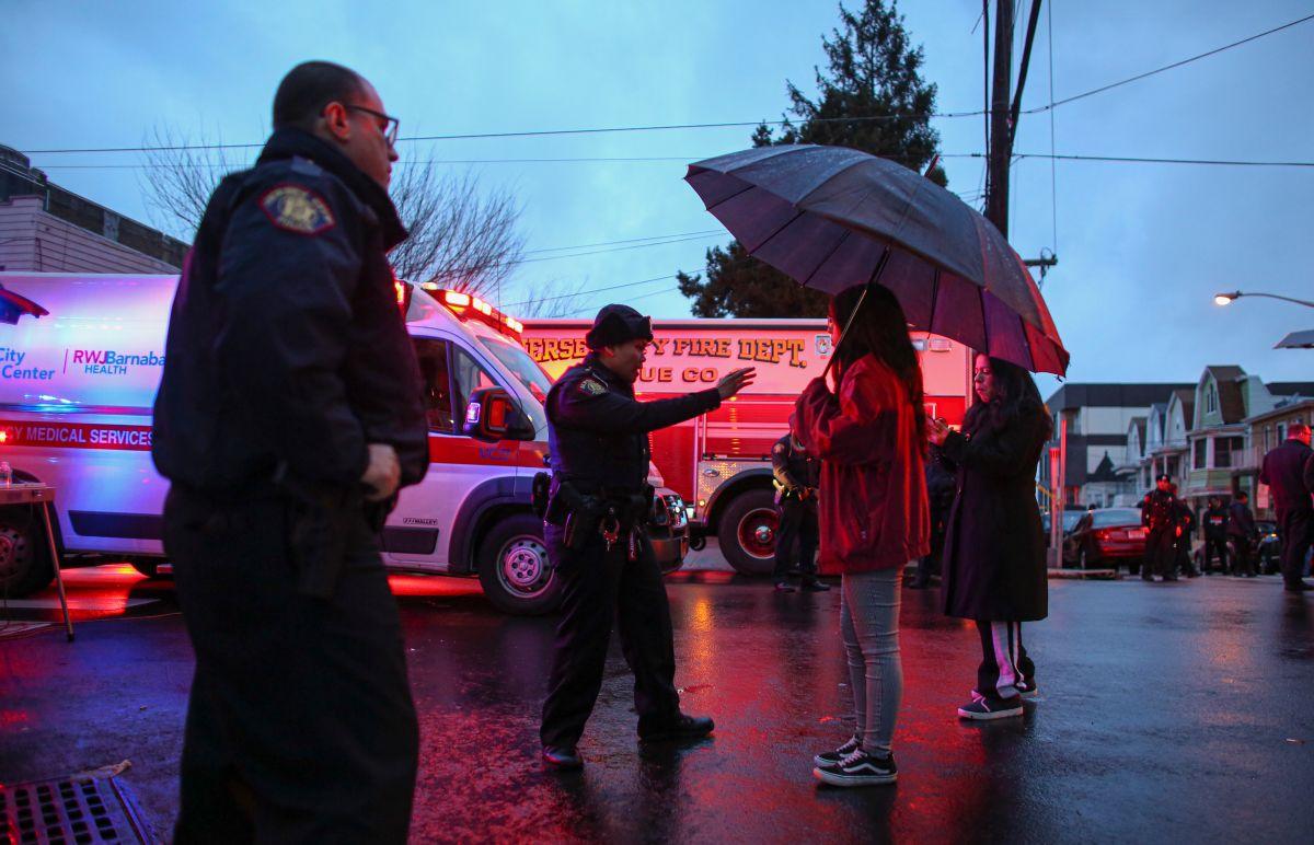 Agentes mantienen a los residentes alejados de la zona del tiroteo en Jersey City.