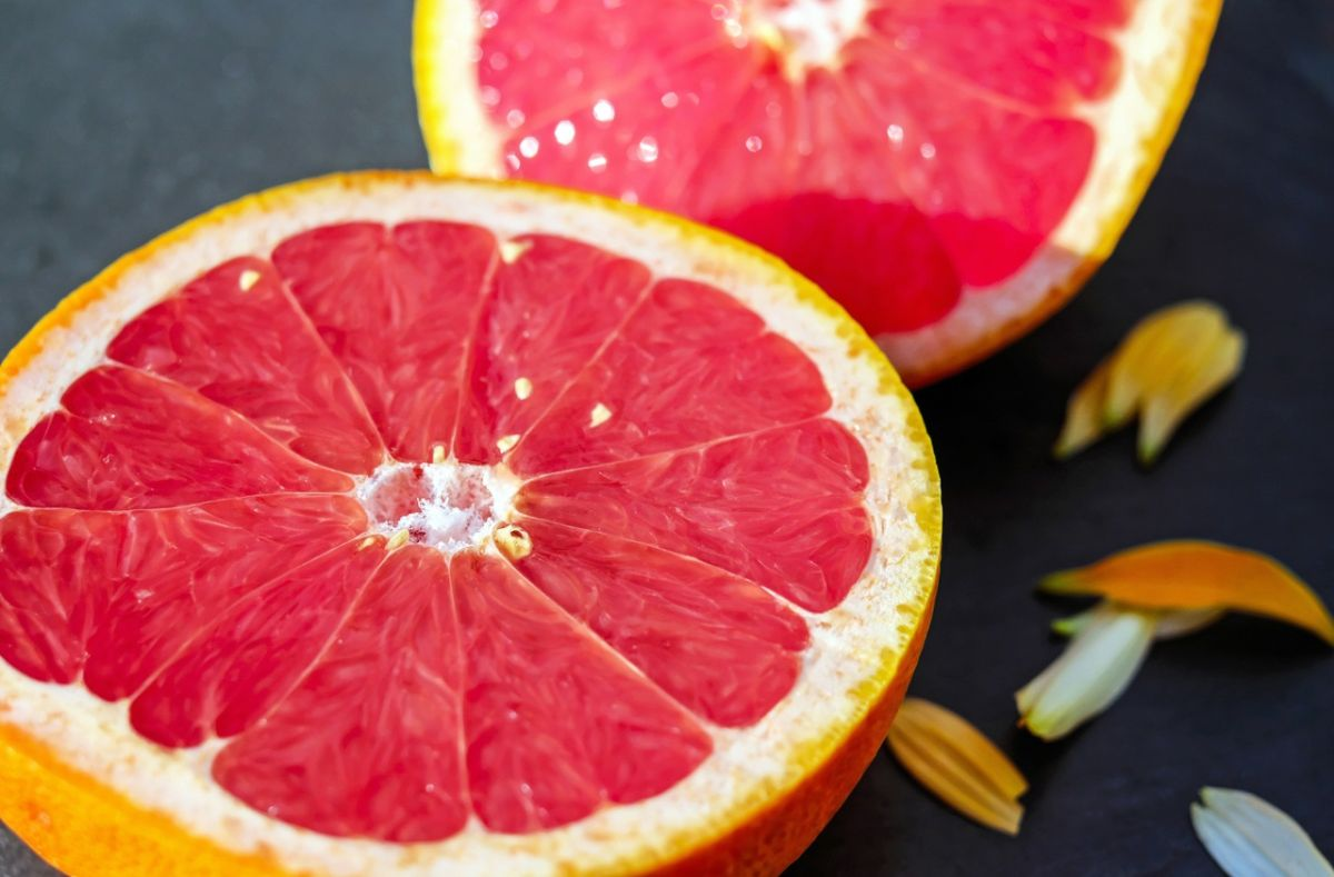 Cuidado: si combinas jugo de toronja y ciertos medicamentos, puede ocasionarte insuficiencia renal