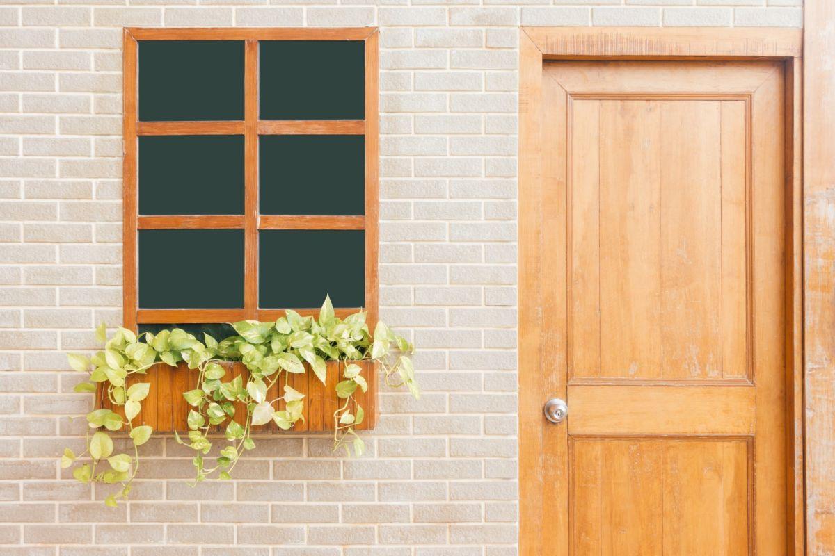 Aunque estén cerradas, el aire frío se puede filtrar por tus puertas y ventanas.