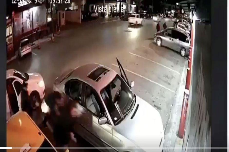 VIDEO: Sicario del narco mata a balazos a dos expolicías afuera de taquería