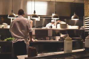 Border Mexican Grill y Cantina debe pagar 100 mil dólares y dar una disculpa a cocinero víctima de racismo