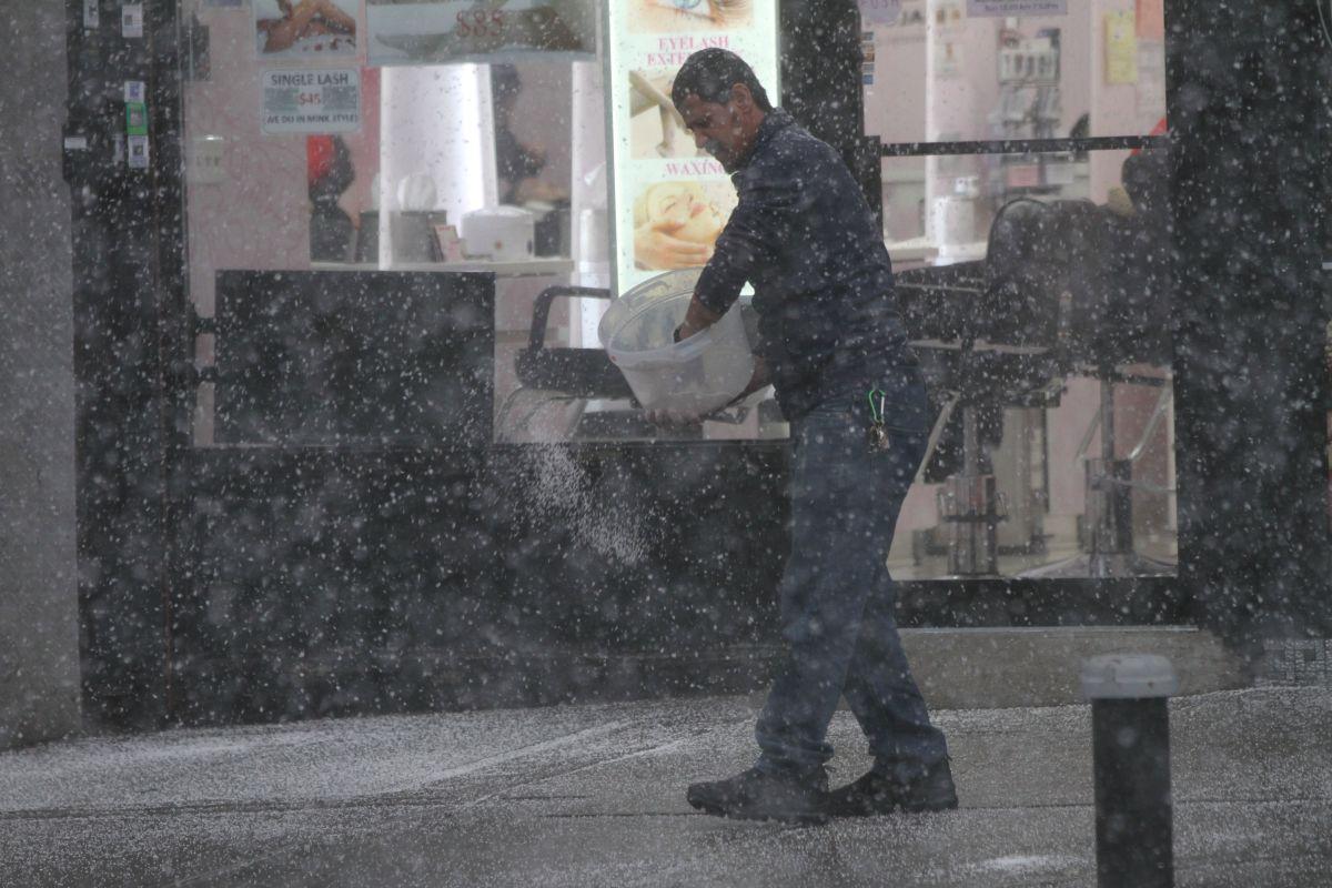 Nieve empieza  a caer en Nueva York con bajas temperaturas.