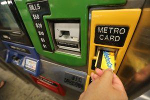 Más de 100,000 neoyorquinos ya usan 'MetroCards para pobres'