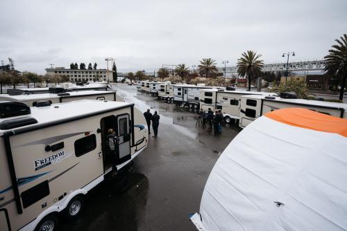 El gobierno de California anunció nuevo programa para ayudar a personas sin hogar con casas rodantes.