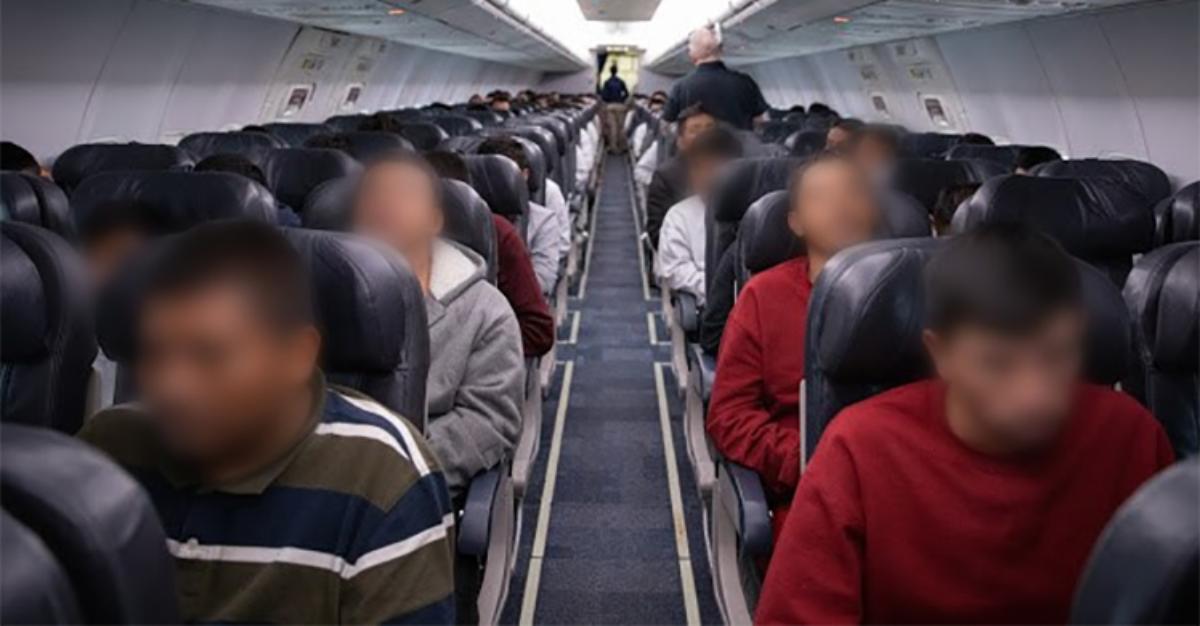 Mexicanos en vuelo de deportación a Guadalajara.