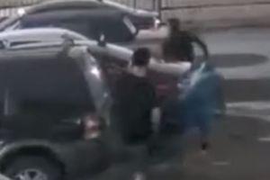 Houston: Captan en video a tres sospechosos que asaltan a una mujer en complejo de apartamentos