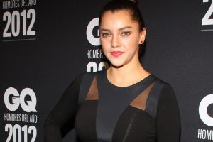 Con minivestido negro, Sara Maldonado expone su lado más sexy presumiendo su escote