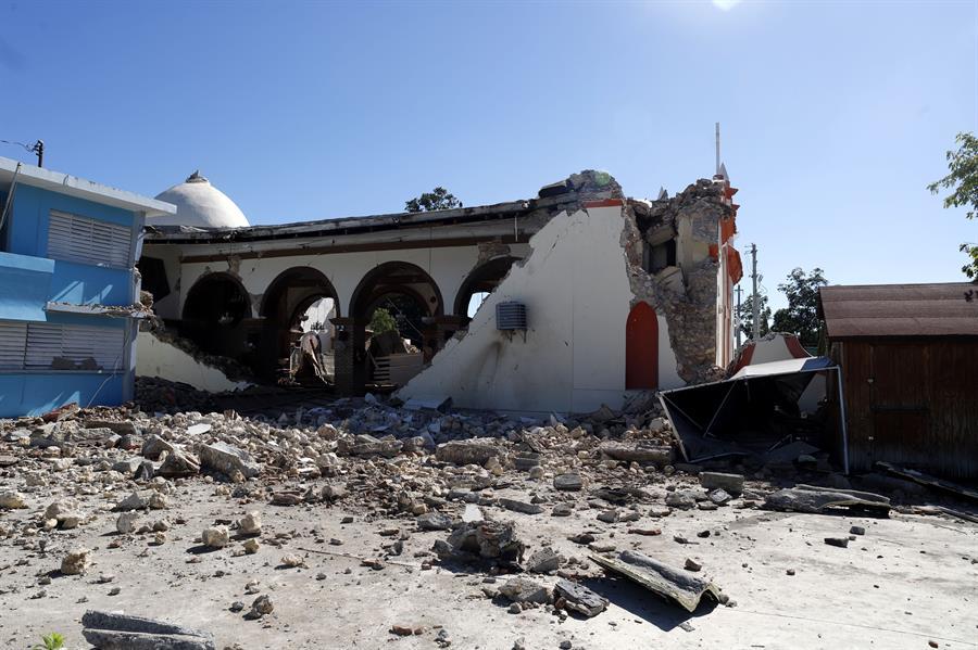 Vista general de la parroquia Inmaculada Concepción, destruida casi en su totalidad tras el sismo registrado este martes, en Guayanilla (Puerto Rico)