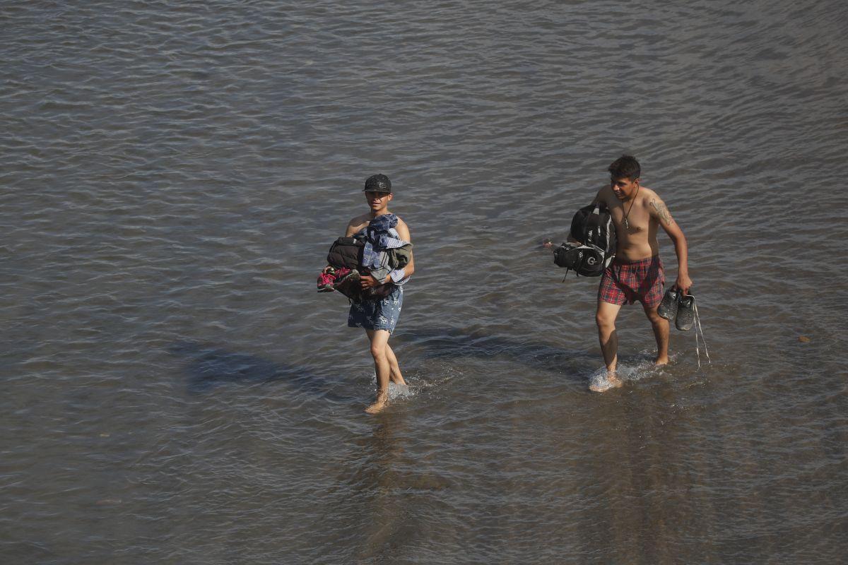 Hombres, mujeres y niñosavanzaron por el agua.