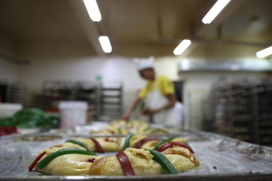 Panaderos mexicanos se esfuerzan por preservar la tradicional rosca de reyes