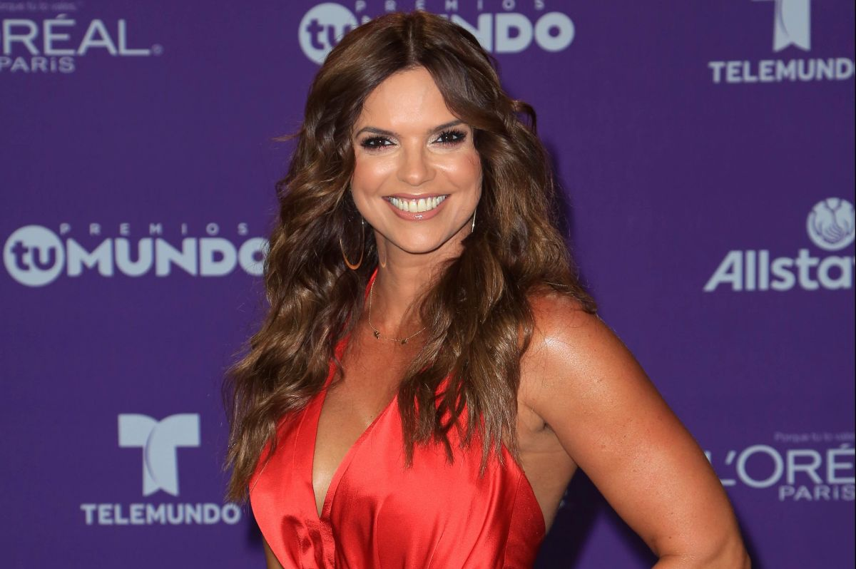 Rashel Díaz posa en la alberca con un colorido bikini neón