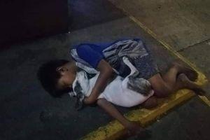 Un niño sin hogar duerme abrazado a su perro, la imagen se hace viral