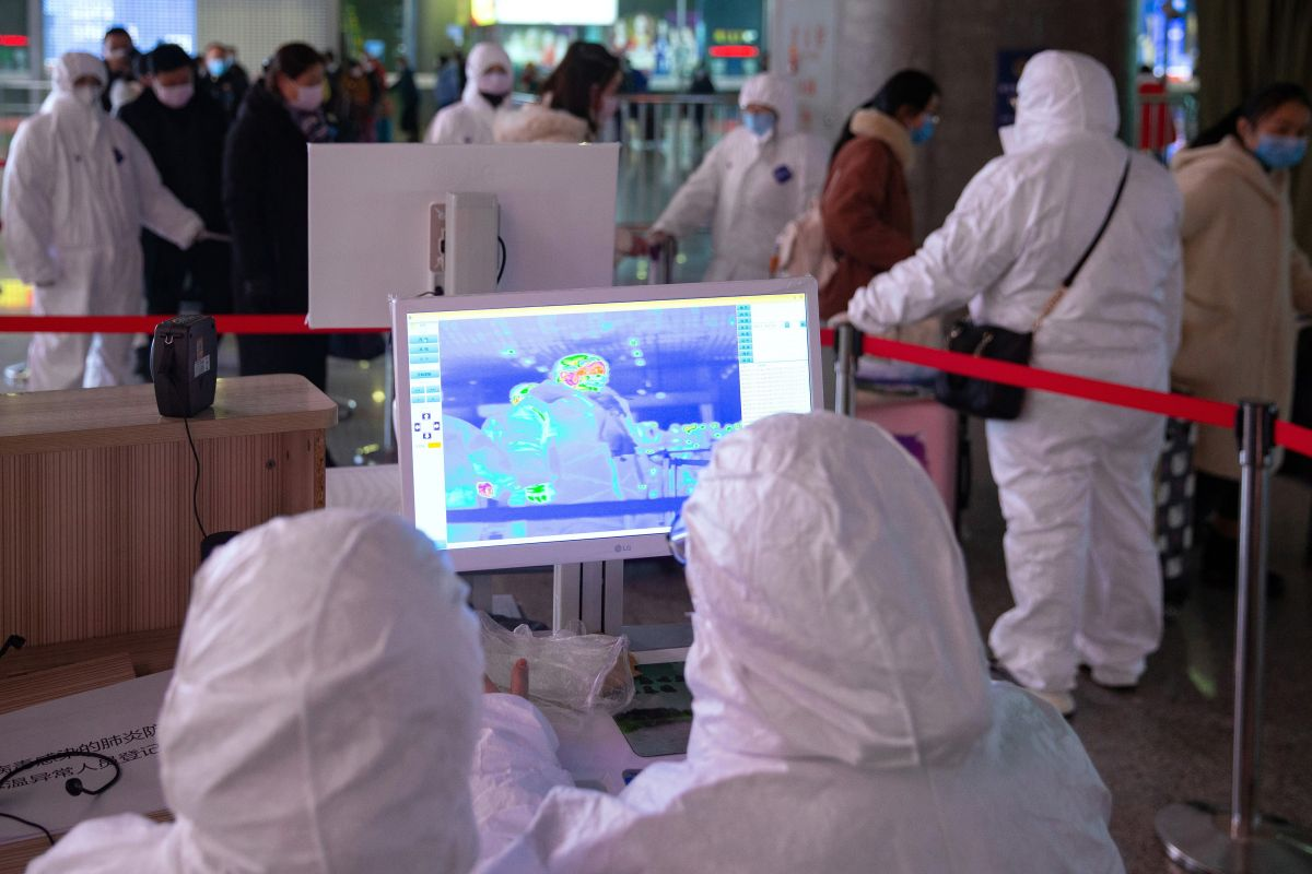 Aeropuertos chinos revisan la temperatura corporal de los pasajeros.