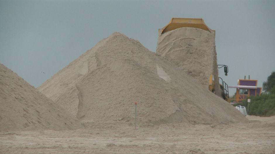Vierten toneladas de arena para restaurar las playas en Miami erosionadas por la subida del nivel del mar
