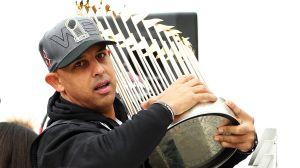 Investigan a los Red Sox de Alex Cora por tramposos cuando ganaron la Serie Mundial