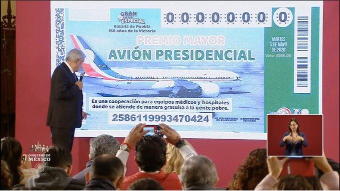 AMLO presenta billete de la Lotería Nacional para rifa de avión presidencial