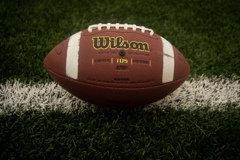 """El gobernador de Texas predice que el futbol americano colegial comenzará a tiempo y con """"algunos"""" aficionados en las gradas"""