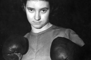 A sus 90 años, la pionera del boxeo femenino recibe un homenaje en Miami Beach
