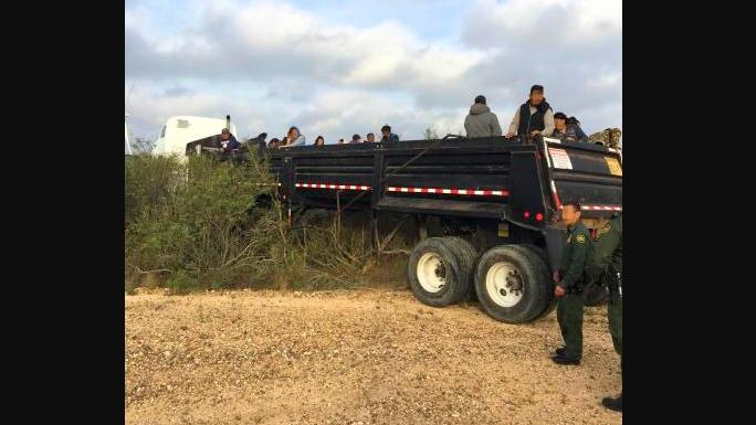 Un camión de carga con 75 indocumentados choca en persecución de la Patrulla Fronteriza