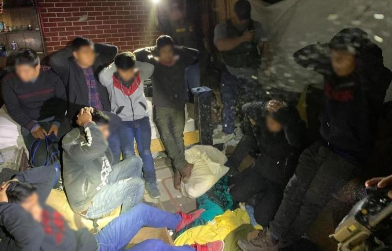 """Detectan otra """"casa de seguridad de polleros"""" donde tenían retenidos a 10 indocumentados"""