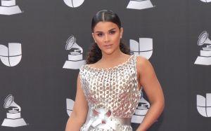 Clarissa Molina con escote en jumpsuit plateado