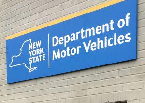 Un letrero en oficina del DMV de NY anuncia la línea telefónica de ICE