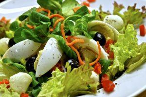"""Ordenó una ensalada en restaurante y le llegó con desagradable """"ingrediente"""" sorpresa"""