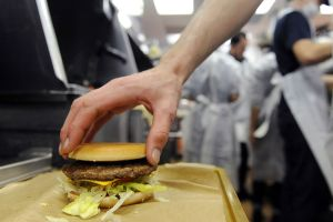 Despiden a empleado de McDonald's de Pensilvania por tocarse las partes íntimas mientras trabajaba en la cocina