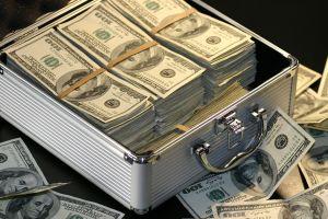 Hombre de Michigan encuentra una caja con $27,000 tirada en el suelo
