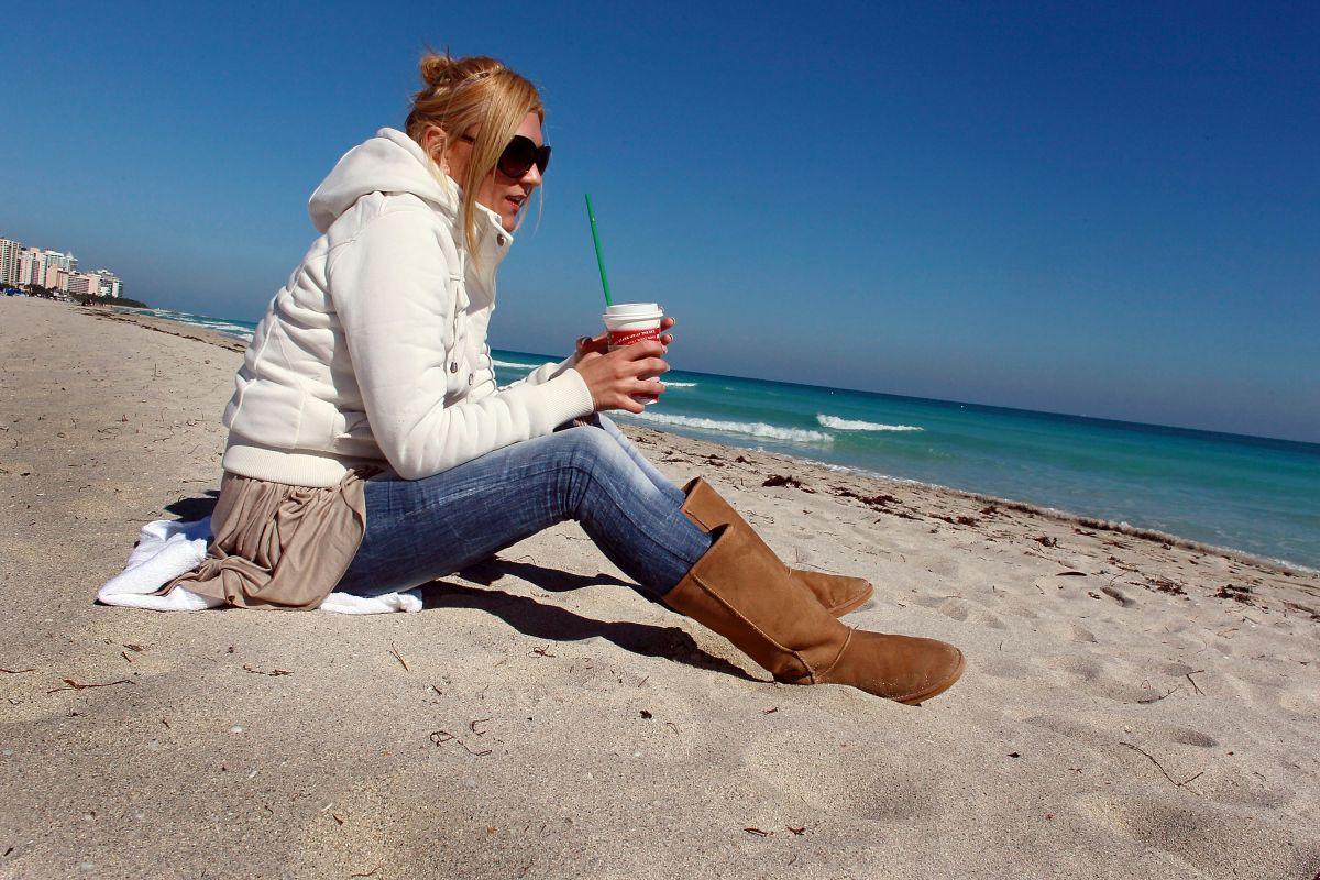Ante el frente frío que se podría registrar en el sur de la Florida, es muy posible que se vean a muchos turistas abrigados y paseando por las playas de Miami.