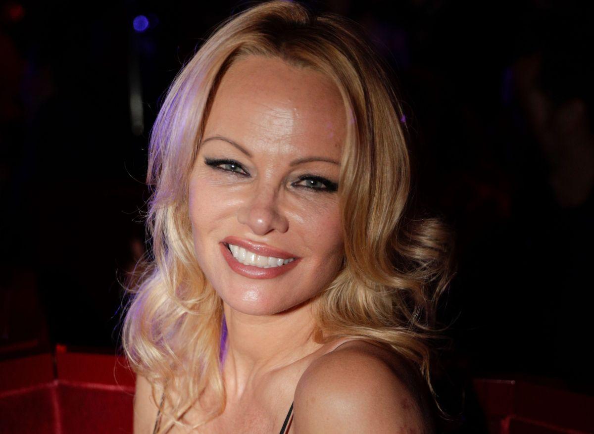 A sus 53 años Pamela Anderson se muestra desnuda, cubriéndose sólo con un suéter