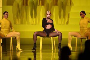 Dua Lipa expone las piernas y su sensual retaguardia sobre una bicicleta al estilo de Beyoncé