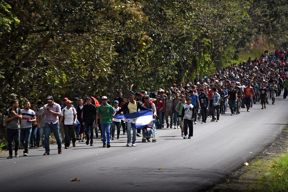 Hondureños en caravana al ingresar a Guatemala.