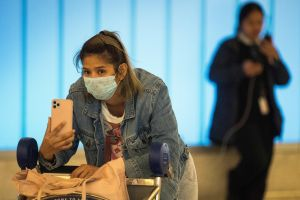 El coronavirus alcanza más países, mientras otra enfermedad contagia a miles de estadounidenses