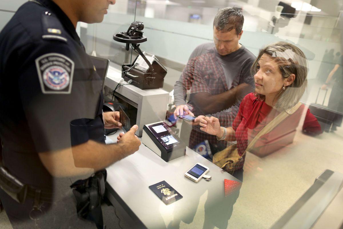 Los viajeros no tendrían que pagar al llegar al país, sino en los consulados.