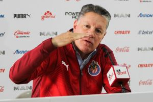 Ridículo nivel Ricardo Peláez: ni rezando evitó el fracaso de las Chivas