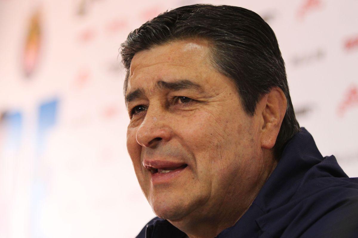 Habrá 'Flaco' para rato: Luis Fernando Tena renovó contrato con las Chivas