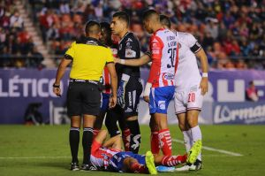 ¡Reprobable! Jugador de Atlético San Luis fue agredido en el juego contra Chivas