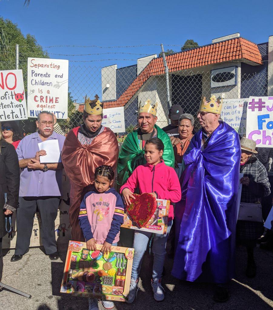 Activistas y niños piden juguetes y no centros de detención en el Día de Reyes