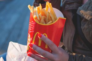 McDonald's ofrecerá libro o juguete en su Cajita Feliz
