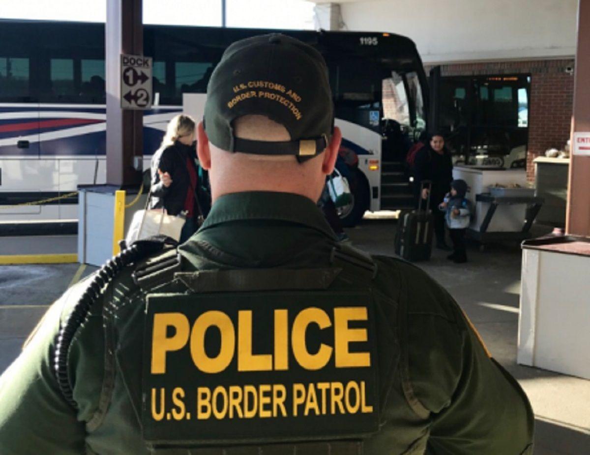 La Patrulla Fronteriza realiza operativos en terminales de autobuses.