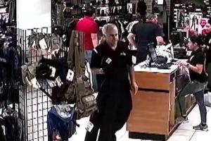 Descubren que un policía de Miami vestía a su padre con el uniforme oficial para ahorrarse dinero