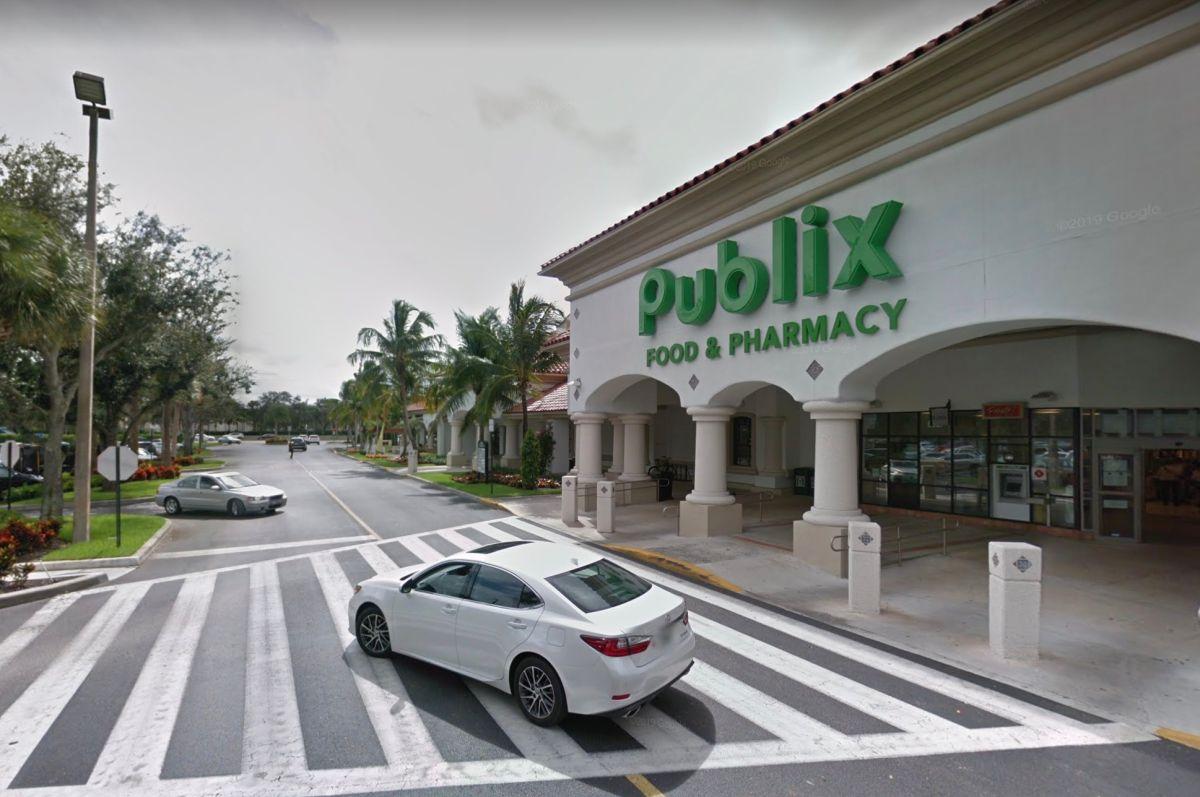 Regalan $600 a cajero de supermercado que pagó la cuenta de una clienta que olvidó su billetera